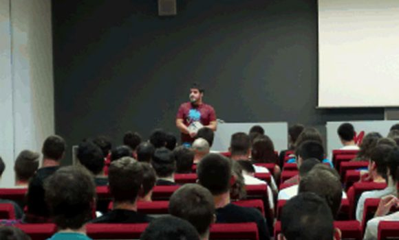 El ex-alumno Mikel Lopez ha charlado con los alumnos de ciclos en el IMH sobre la importancia del aprendizaje del inglés